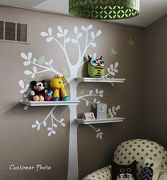 Lindo adesivo de parede para quarto de crianças, com prateleiras nos galhos de uma árvore.