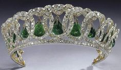 The Vladimir tiara with the emeralds of the delhi durbar set. This tiara is also used with pearls instead the emeralds.