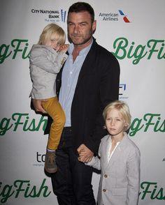 El actor Liev Schreiber con sus hijos Samuel Kai y Alexander Pete en la obra de Broadway 'Big Fish'.