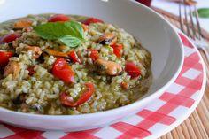 Il risotto con pesto di basilico, cozze e pomodorini è cremoso, gustoso e molto profumato. Ecco la ricetta e tanti consigli utili per preparare il piatto Risotto, Linguine, Guacamole, Grains, Curry, Ethnic Recipes, Food, Video, Curries