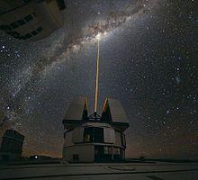 Observation du centre galactique à l'aide d'un laser, à l'unité Yepun du VLT de l'observatoire du Cerro Paranal, au Chili.