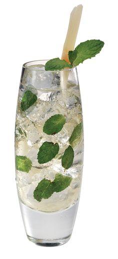 Mojito Cubano; La auténtica receta de los maestros cantineros cubanos consiste en macerar en un vaso alto algunas hojas de hierbabuena con el jugo de medio limón y una cucharada de azúcar. Se añade hielo picado y ron al gusto.    Fuente de imagen: http://nutrycyta.wordpress.com