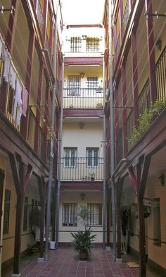 Patio interior de una corrala en Lavapiés (Madrid). Best Hotels In Madrid, Foto Madrid, Madrid Travel, Patio Interior, Spain And Portugal, Moorish, Trip Planning, Vacation, Architecture