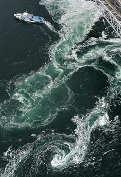 Whirling Current in the Naruto Strait, Tokushima, Japan 鳴門海峡
