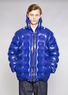 Christopher Raeburn inflatable jacket Sport Fashion, Mens Fashion, Fashion Outfits, Hippie Style, Christopher Raeburn, Pole Star, Future Fashion, Latex Fashion, Textile Prints