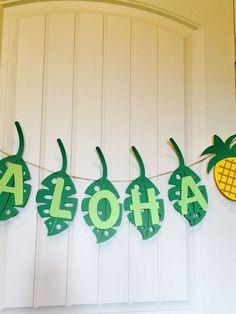 Je vous remercie pour votre visite de ma boutique, Texas Daisy Designs.  Cette liste pour une bannière Aloha. Cela aurait fière allure à nimporte quelle fête.  Cette bannière est de 3 pieds de long avec de la ficelle de 12-16 pouces de chaque côté. Chaque ananas (jaune, marron et vert) sont de 8 de haut et chaque feuille (vert foncé avec des lettres vert clair) est 10 de haut.  Confettis de l'ananas et les centres sont sont disponibles, voir autres annonces.  Merci de votre visite.