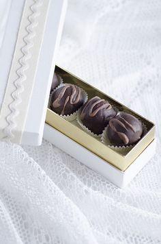 Tartufi di cioccolato con noci e amaretto...