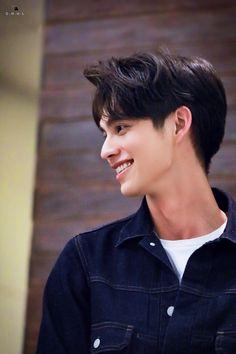 Boyfriend Photos, Ideal Boyfriend, Beautiful Boys, Pretty Boys, Bright Wallpaper, Gay Aesthetic, Bright Pictures, Disney Princess Art, Chinese American