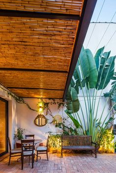 Techado*, a modo de porche. Me gusta el suelo y la vegetación. Iluminación en diferentes puntos y alturas