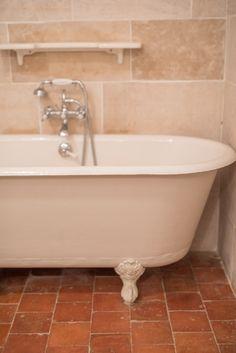 salle de bain, baignoire à l'ancienne, tomette au sol d'époque, chambre paysages d'encres Bathroom Renos, Clawfoot Bathtub, Toilet, Flooring, Shower, La Pointe, House, Doors, Studio