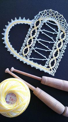 Mantel Redondo, Bobbin Lacemaking, Lace Heart, Lace Jewelry, Lace Making, String Art, Wool Yarn, Lace Detail, Fabric Crafts