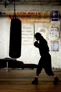 Still of Hilary Swank in O Fata de Milioane (2004) http://www.movpins.com/dHQwNDA1MTU5/million-dollar-baby-(2004)/still-3170143232