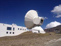Antena de Radiotelescopio en Sierra Nevada. Ocupa una superficie de aproximadamente 700 m/2. Tiene 30 metros de diámetro , pesa 800 toneladas, 400 la antena y 200 cada uno de sus contrapesos. Su construcción y ha sido muy compleja, en ocasiones ha de soportar empujes de viento de 270 Km. hora.  Su campo de acción es la Radioastronomia Milimetrica. Trabaja con frecuencias muy altas por lo que debe ser casi perfecta, a ello se debió que los ajustes antes de empezar a funcionar fueron…