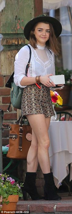 Snack for later: The British actress left the restaurant carrying leftovers...