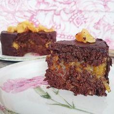 Deliciosa tarta Sacher crudivegana. Sin gluten, sin azúcar añadido y sin lactosa. A tope de chocolate, cruda y vegana. Un festival para los sentidos. | https://lomejordelaweb.es/