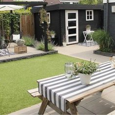 30 Beautiful Small Garden Design for Small Backyard Ideas The post 30 Beautiful Small Garden Design for Small Backyard Ideas appeared first on Terrasse ideen. Design Patio, Backyard Garden Design, Small Garden Design, Terrace Garden, Backyard Patio, Backyard Landscaping, Garden Shrubs, Backyard Ideas, Diy Garden