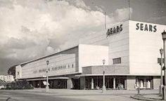1950•  El 29 de marzo la empresa norteamericana Sears, Roebuck de Venezuela abre en la Urbanización Bello Monte, Caracas, la primera tienda por departamentos del pais. La nueva tienda tenia 11.600 m2 distribuidos en dos pisos, con un estacionamiento para 400 automoviles. En 1953 la empresa ya disponia de cinco tiendas adicionales establecidas en el país.