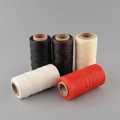 Fil ciré pour la couture du cuir : http://www.crea-cuir.com/achat-bobine-de-fil-cire-260-metres-4-couleurs-disponibles--411228.html