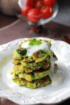 www.mojadelicja.pl Zdrowe i lekkie placuszki brokułowe z sosem czosnkowo-jogurtowym, idealne dla dbających o linię / Healthy and light broccoli fritters with garlic and yogurt sauce , ideal for people who care about the line #fit #healthy #food #broccoli #pancakes
