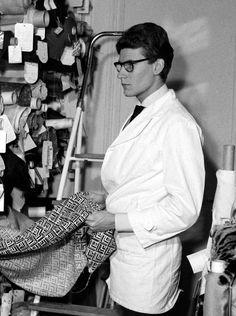 Quatre ans auparavant, il avait présenté sa première collection chez Dior… Première collection, premier succès, notamment grâce à l'invention de la robe à ligne trapèze.