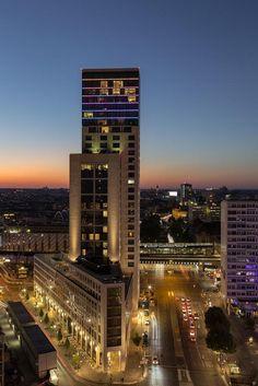 BERLIN, 118 Meter ragt das Zoofenster genannte Hochhaus an der Hardenbergstraße in den Himmel über der City West. Es beherbergt das Hotel Waldorf Astoria.