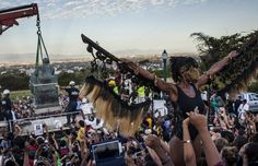 Students cheer as the Cecil Rhodes statue is being removed from the University of Cape Town on April 2015 in Cape Town, South Africa. The statue of British colonialist Cecil John Rhodes was. Get premium, high resolution news photos at Getty Images University Of Cape Town, Wake Forest University, Pictures Of The Week, Cool Pictures, Countries Around The World, Around The Worlds, Bay College, Confederate Monuments, Cape Town