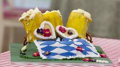 """Julie´s """"Ginger Beer-Cake"""" sind 3 Lebkuchen als Biergläser verkleidet auf einer Wiese. Dekoriert mit Shortbread-Herzen und Brezeln."""