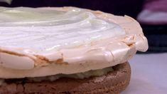 Da TV-serien Hygge i Strömsö fylte ti år ble det laget en jubileumskake med mange lag. Det ble en ordentlig festkake med to sjokoladekakebunner, marengs, pærer kokt med ingefær og vaniljeyoghurt. Camembert Cheese, Cakes, Drinks, Recipes, Food, Drinking, Beverages, Cake Makers, Kuchen
