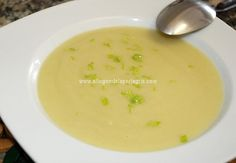 Receta de crema de apio. Hoy vamos a preparar una estupenda crema de apio  que podemos utilizarla como guarnición de ciertos platos o co... Vegetarian Wonton, Vegetarian Recipes, Healthy Recipes, Broccoli Soup Recipes, Bean Soup Recipes, Healthy Pumpkin, Healthy Soup, Vegan French Onion Soup, Vegan Vegetable Soup