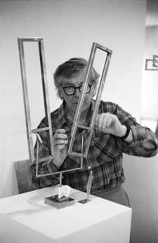 George Rickey adjusting and testing the balance and movement of a maquette Wind Sculptures, Metal Art Sculpture, Garden Sculptures, Kinetic Art, Art Database, Art Moderne, American Artists, Garden Art, Art Museum