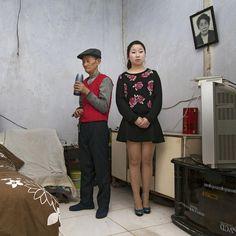Tan Ao Xi, 22ans, avec son grand-père, Li Gui Shou, 82ans.   Patrick Zachmann
