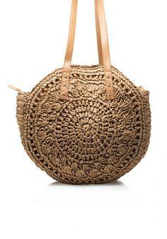 Τσάντα ψάθαπλεκτή. Ητσάνταείναι στρογγυλή, κάνει σχέδιο με κύκλους και είναι πλεκτή ψάθινη. Έχει χερούλια σε μπεζ χρώμα και κρεμιέται από τον ώμο Wicker Baskets, Straw Bag, Womens Fashion, Bags, Decor, Handbags, Decoration, Women's Fashion, Woman Fashion