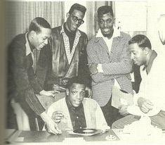 Eddie, David, Otis, Melvin and Paul (sitting) Music Icon, Soul Music, Paul Williams The Temptations, Original Temptations, Otis Williams, Black Music Artists, Tamla Motown, Vintage Black Glamour, Soul Singers