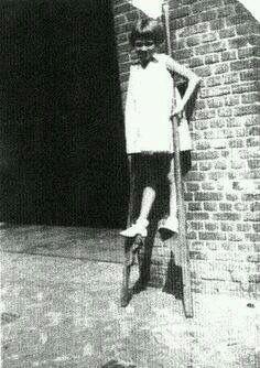 I remember children having stilts Old Pictures, Old Photos, Vintage Photos, Those Were The Days, The Good Old Days, Vintage Theme, Vintage Toys, Holland, Nostalgic Images