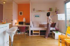 einzimmerwohnung-einrichten-wandnische-weiße-couch-regale-schreibtisch-weiß-regale-gelbe-plastikstühle-stehlampe-frühstücksbar