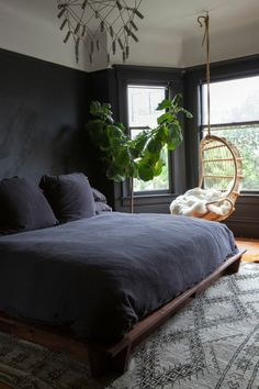 wohnideen schlafzimmer schwarze wände pflanze                                                                                                                                                      Mehr