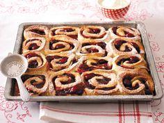 Locker-luftiger Teig, köstlich belegt oder gefüllt mit Früchten aller Art, Nüssen, Mohn, Marzipan oder Pudding - Hefekuchen ist einfach himmlisch und schmeckt so lecker!