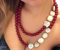 Collana in radice di rubini, perle di fiume e madreperla, con chiusura in argento 925. Con questa collana arricchirai il tuo outfit in modo elegante con lo stile inconfondibile dei gioielli ICALIPSO. ❤REALIZZATO A MANO Ogni gioiello ICALIPSOTreasures è realizzato artigianalmente.