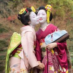 The maiko Ichiharu and the maiko Mamefuji during the November photoshoot of 2014.