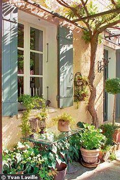 Belle harmonie de teintes (enduit rosé et volets coloris mastic) pour cette maison des Cévennes