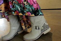 Per questo outfit ti proponiamo un abito in viscosa animalier e fiori. Stivale SHEE by Twin-Set.