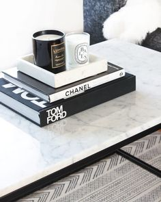 Carrara Marmor Couchtisch - Best Home Decor List Coffee Table Styling, Cool Coffee Tables, Decorating Coffee Tables, Books On Coffee Table, Coffee Table Tray, Coffee Table Decorations, Coffee Table Candles, Marble Top Coffee Table, Living Room Decor