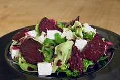 Salad of roasted beets with feta cheese Bacon Appetizers, Appetizer Salads, Appetizer Recipes, Top Salad Recipe, Salad Recipes, Beetroot Recipes, Bite Size Snacks, Cooking Recipes, Healthy Recipes