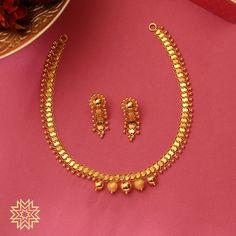 Complete your Haldi Kunku saaz with a gold thusi. Gold Necklace Simple, Gold Jewelry Simple, Short Necklace, Necklace Set, Gold Chain Design, Gold Jewellery Design, Manubhai Jewellers, Gold Set, Phulkari Pants