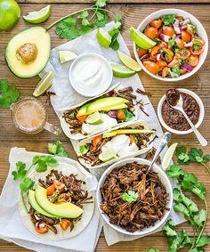Uspořádejte doma mexickou party! Trhané hovězí maso je perfektní třeba na filmové večery, protože si každý do tortilly nandá přesně to, co mu chutná; Tomáš Rubín