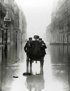 Seeberger Brothers - Madame et ses Porteurs, Paris, circa 1910