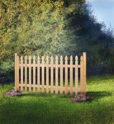 Une jolie version de la traditionnelle clôture de campagne en bois avec piquets décoratifs, toute facile à installer!