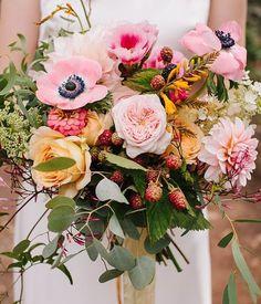 Blumen: Beeren im Strauß + Gartenrosen & Anemonen