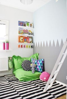 If you want to encourage your child to read, you configure a cozy reading corner in the nursery. Discover these 30 fresh ideas for a reading corner and get Corner Reading Nooks, Reading Nook Kids, Cozy Corner, Kids Corner, Reading Corners, Reading Time, Reading Books, House Of Turquoise, Kid Spaces