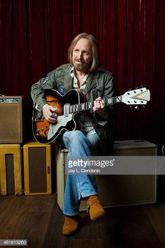 Tom Petty is photographed for Los Angeles Times on June 2014 in Malibu, California. PUBLISHED Get premium, high resolution news photos at Getty Images Tom Petty, King Bee, Best Guitar Players, My Tom, Cool Guitar, Guitar Pics, Bruce Springsteen, Rock N Roll, Toms